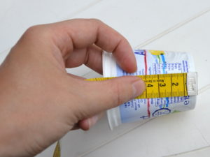 Auf dem Becher werden die Markierungen für die Füllhöhe gesetzt.