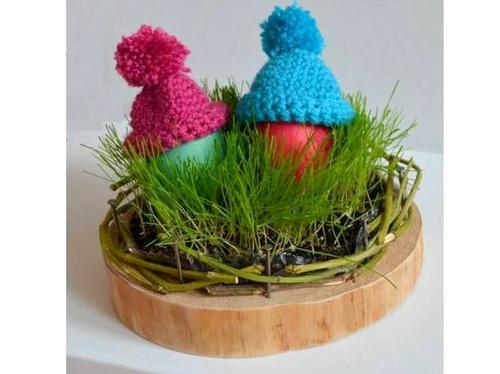 Ein Osternest kannst Du ganz einfach auf einer Holzscheibe mit echtem Gras basteln.
