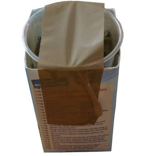 Stiftehalter aus Beton: Die Negativform ist ein Plastikbecher, der mit Paketband fixiert wird.