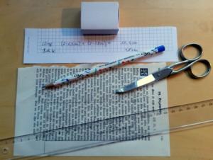 Adventskalender aus Streicholzschachteln - Ausschneiden der Außendeko aus alten Buchseiten