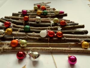 Der mit Stern und Glasschmuck dekorierte Weihnachtsbaum.