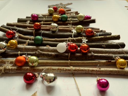 weihnachtsbaum aus aesten dekoriert bastelrado. Black Bedroom Furniture Sets. Home Design Ideas