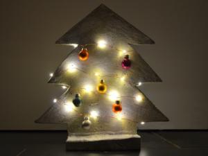 Weihnachtsbaum aus Beton, dekoriert und beleuchtet