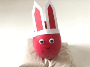 Osternest: So sieht das Osterei mit Ohren und Gesicht fertig dekoriert aus.