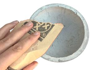 Betonschale selber gießen - Begradigen und Glätten nach dem Aushärten mit Schleifpapier
