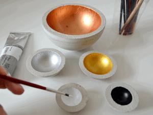 Das Bemalen der Betonschalen erfolgt mit Acrylfarben.