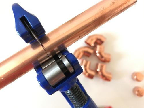 Kürze das Kupferrohr am einfachsten mit dem Rohrabschneider.
