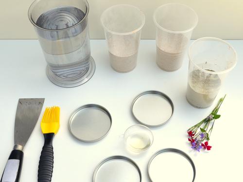 Untersetzer aus Beton: Du benötigst Zement, Quarzsand, Wasser, etwas Pflanzenöl und eine passende Negativform