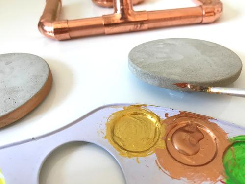 Bemale den Untersetzer mit Acrylfarbe - Kupfer und Beton ergibt einen hervorragenden Kontrast.