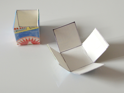 Aus einem leeren Tetrapack wird ein oben offener Würfel ausgeschnitten und zusammengeklebt.