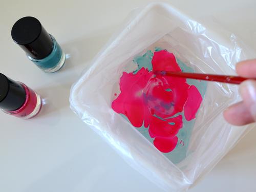 Mit Wasser und Nagellack lassen sich Oberflächen marmorieren.