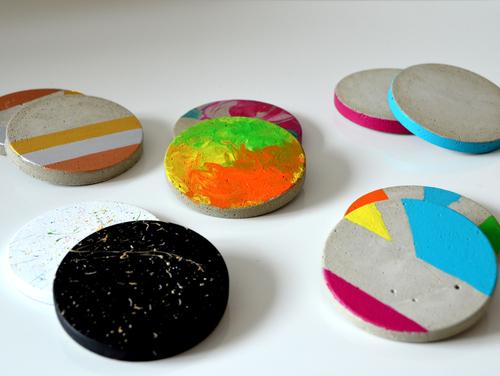 Mit Acrylfarbe, Nagellack und Beton können individuelle Unteretzer aus Beton ganz einfach hergestellt werden.