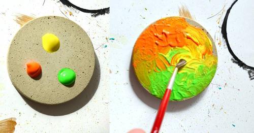 Nachdem Du Kleckser Acrylfarbe auf den Untersetzer gegeben hast, vermischst Du diese einfach mit dem Pinsel.