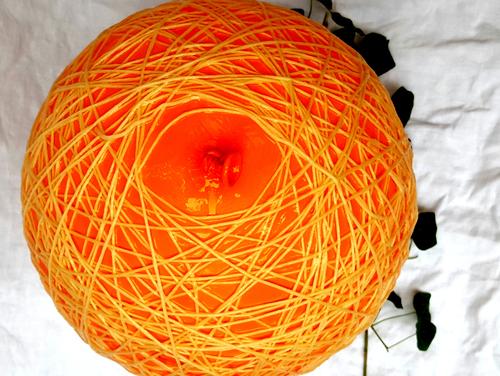 Umwicekl den Luftballon mit der Wolle.