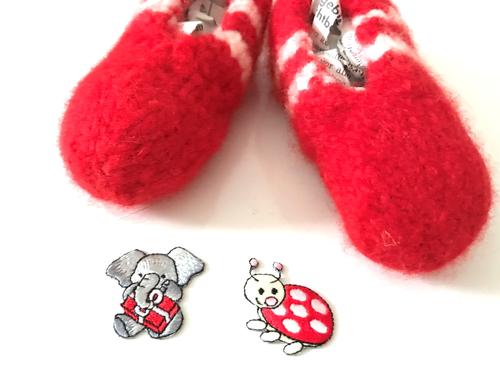 Stopfe nach dem Filzen die Schuhe mit Zeitungspapier uas. Dann bleiben sie formstabil.