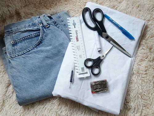 Aus einer alten Jeans kannst Du mit diesen wenigen Materialien einen neuen Rock nähen.