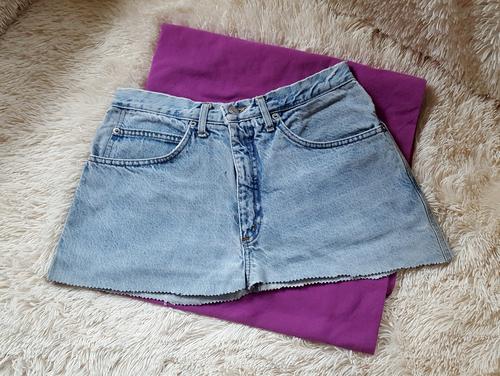 Schneide dir zwei Stoffteile für die Jeanstasche zu: Die abgeschnittene Jenas und den Boden