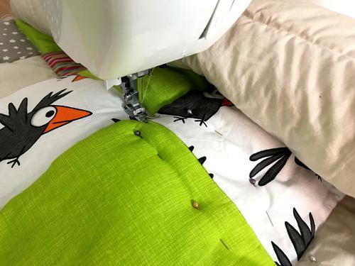 Nähe die Patchworkdecke an allen Einzelnähten mit der Unterseite udn dem Vlies zusammen.