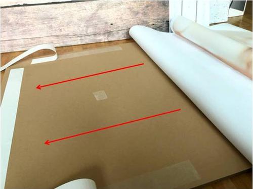 DIY-Fotohintergrund: Klebe den Ausdruck auf die Wellpappe.