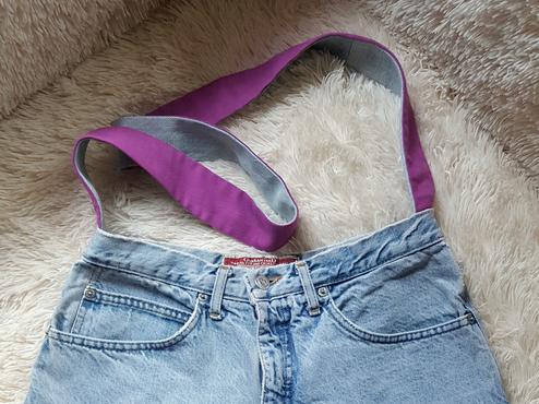 Nähe den Tragegurt von inne an den Bund der Jeans.