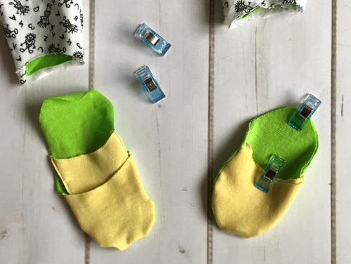 Nähe die Füßchen des Stramplers zusammen und stecke sie so ineinander.