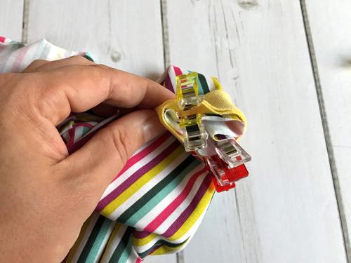 Wickelbody Mini-We: Stülpe das Bündchen mit der offenen Kante über den Ärmel und nähe das Bündchen an.