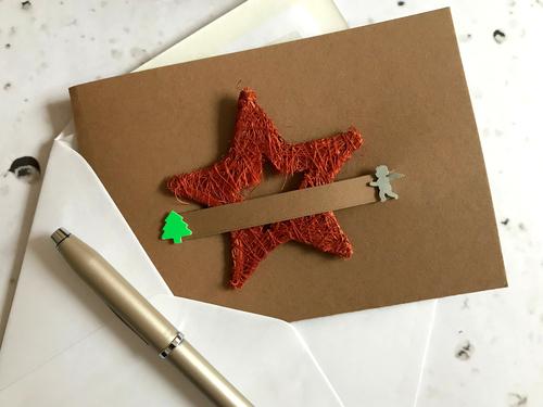 Plündere deine Weihnachtsdeko und nutze sie als Deko auf der Karte.