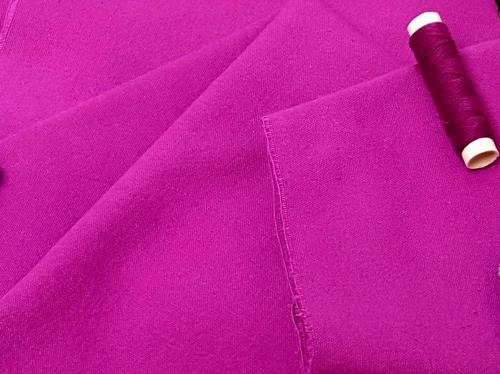 Färbe den Innenfutterstoff deines neuen Erinnerungsstückes ein, falls Du keine farbigen Stoff zur Verfügung hast.