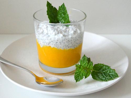 So lecker ist Chia-Mango-Joghurt Dessert im Glas