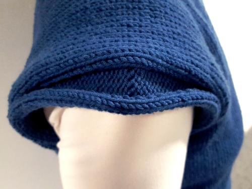 Stricke die Randmaschen glatt links, damit der Ärmelausschnit so schön fällt.
