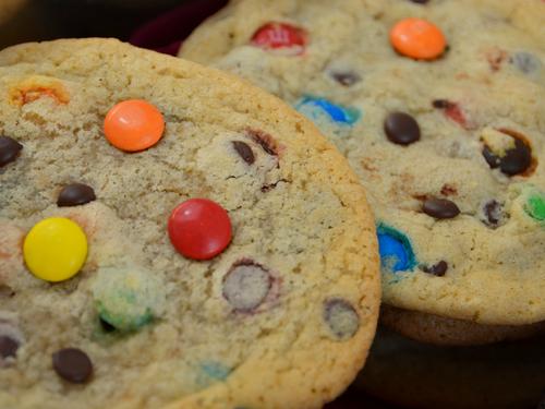 Mache die Cookies mit Smarties oder M&Ms bunt.