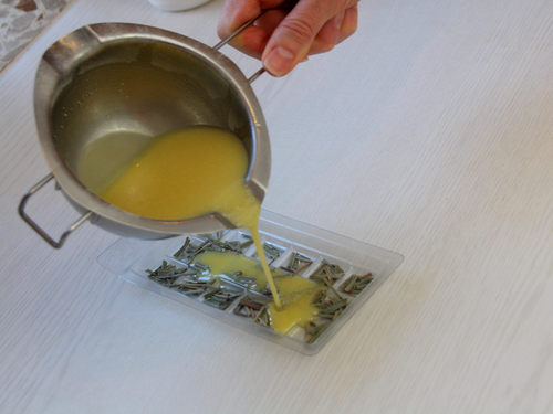 Gieß die Zutaten der BAdeschokolade ine ien passende Form.