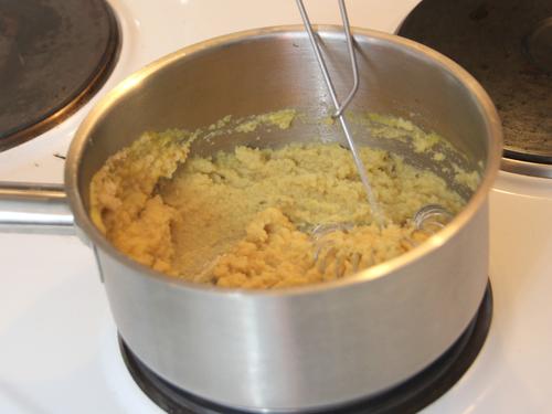 Erhitze die frisch pürierte Ananas im Topf.