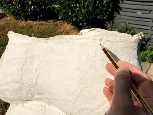 Zeichne mit einem Bleistift eine saubere Kante auf den Babybauchabdruck