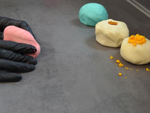 Teig und Lebensmittelfarbe zu bunter Kinderknete kneten