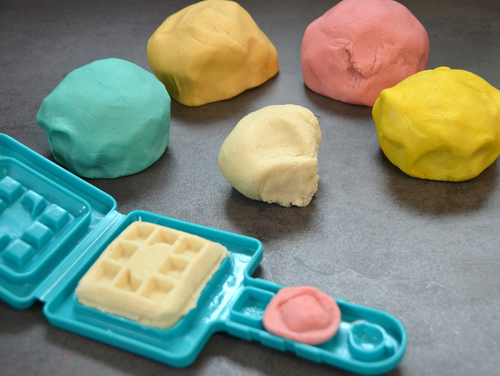 Die selbstgemachte Kinderknete kannst Du mit allen herkömmlichen Knetformen verwenden