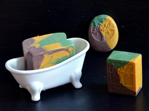Nutze die Herbstseife zum Waschen, Duschen und Baden.