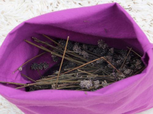 Fülle den Bezug mit getrockneten Lavendelblüten.