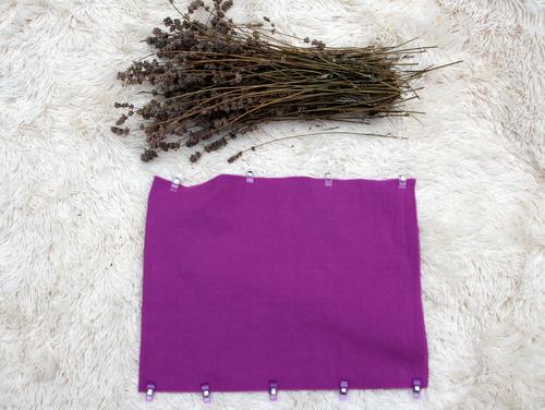 Hefte den Stoff für dein Lavendelkissen an den Seiten zusammen.