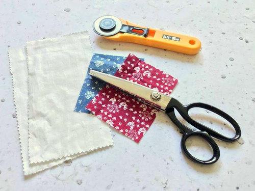 Schneide Dir die Schalufen und die Stoffe für den Fingereinklemmschutz zu.