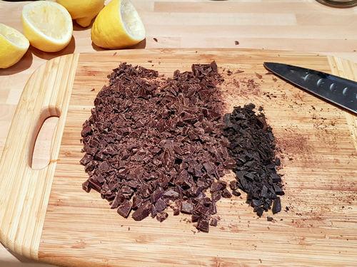 Gib die geschnittene chokolade in den Feigenmus