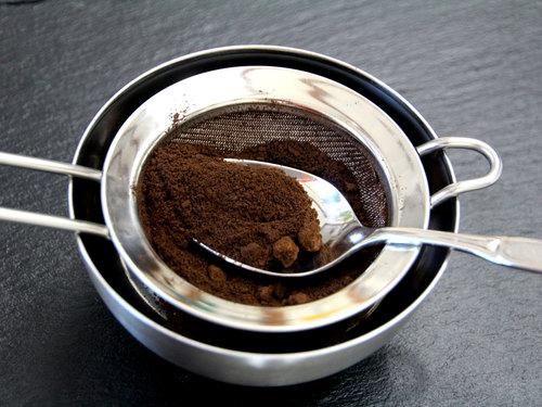 Siebe trockenen Kaffeesatz für die Winterseife.