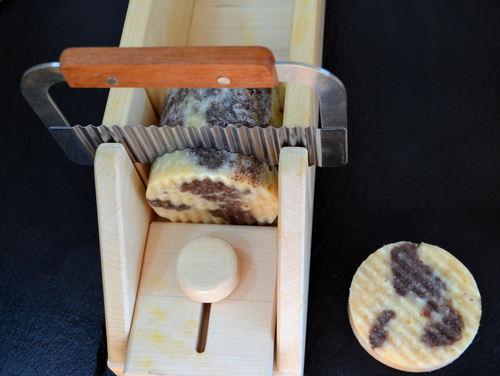 Das runde Seifenstück schneidest Du mit dem Seifenschneider in Stücke.