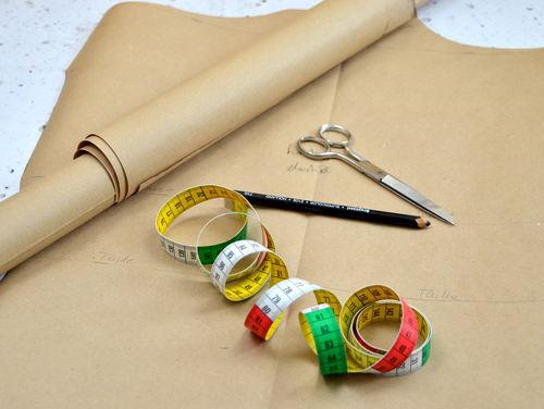 Zeichne das Schnittmuster für die Scheniderpuppe auf Packpapier.