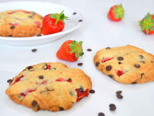 Mache dir leckere Schoko-Erdbeer-Cookies in der Erdbeersaison selber.
