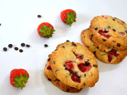 Stapelweise leckere Erdbeer-Schoko-Cookies.