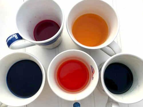 Mit Osterfarben gefärbtes Wasser für die Straßenkreide
