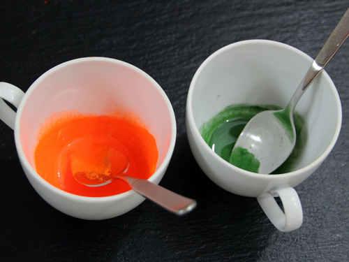 Rühre für die Sommerseife die Farbpigmente an.