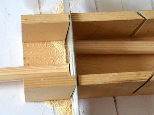 Kürze die Holzstäbe entsprechend der Höhe deines Tippi