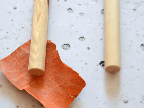 Runde die Kanten der Holzstäbe gut ab.